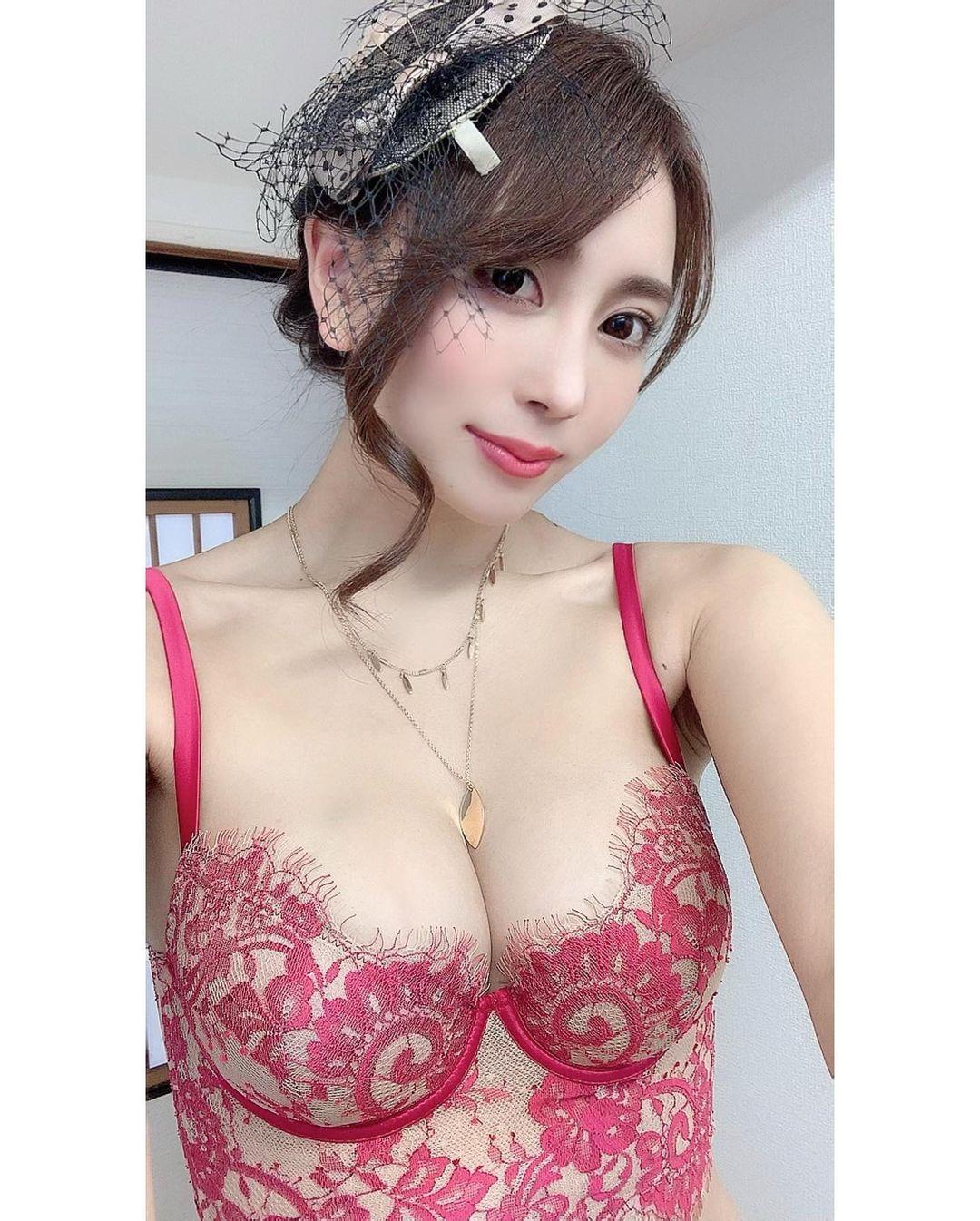 セクシーな下着姿を披露【森咲智美さん/2020年12月16日】