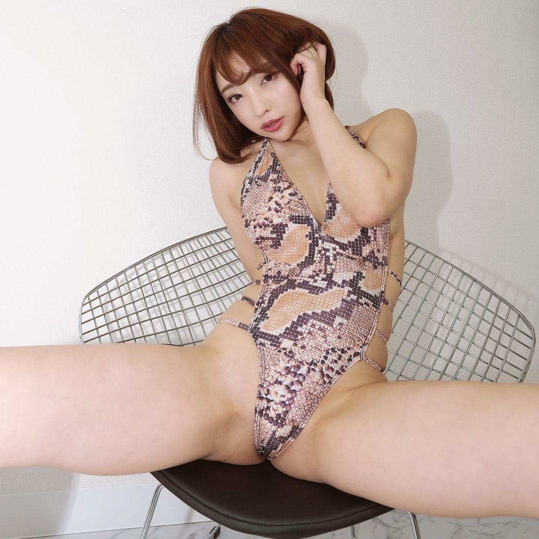 セクシーな蛇革の水着姿を公開【まいてぃさん/2020年12月18日】