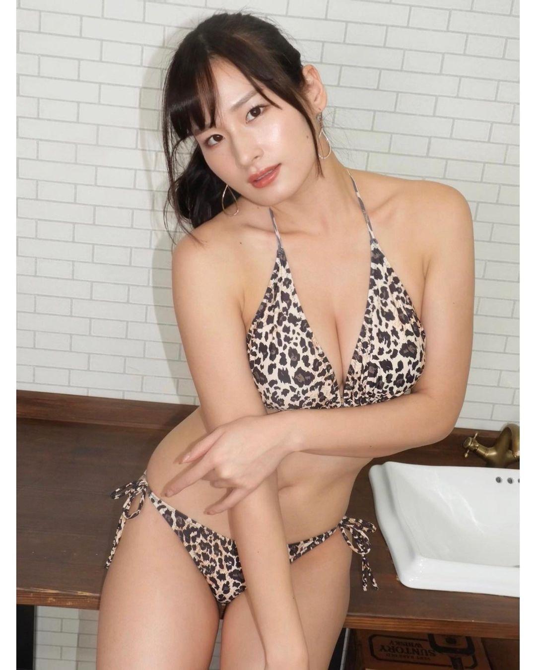 セクシーな豹柄のビキニショットを公開【清瀬汐希さん/2020年12月30日】