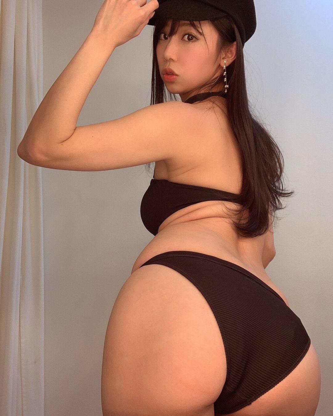 セクシーなビキニ水着姿で美尻を披露【鈴木ふみ奈さん/2021年1月23日】