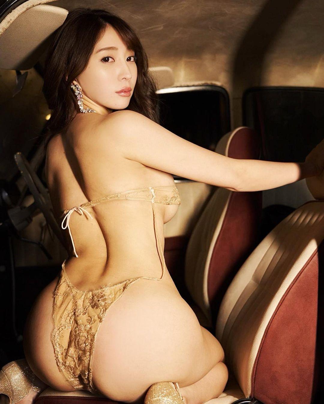 セクシーな振り向きショットでファンを魅了【森咲智美さん/2021年1月26日】