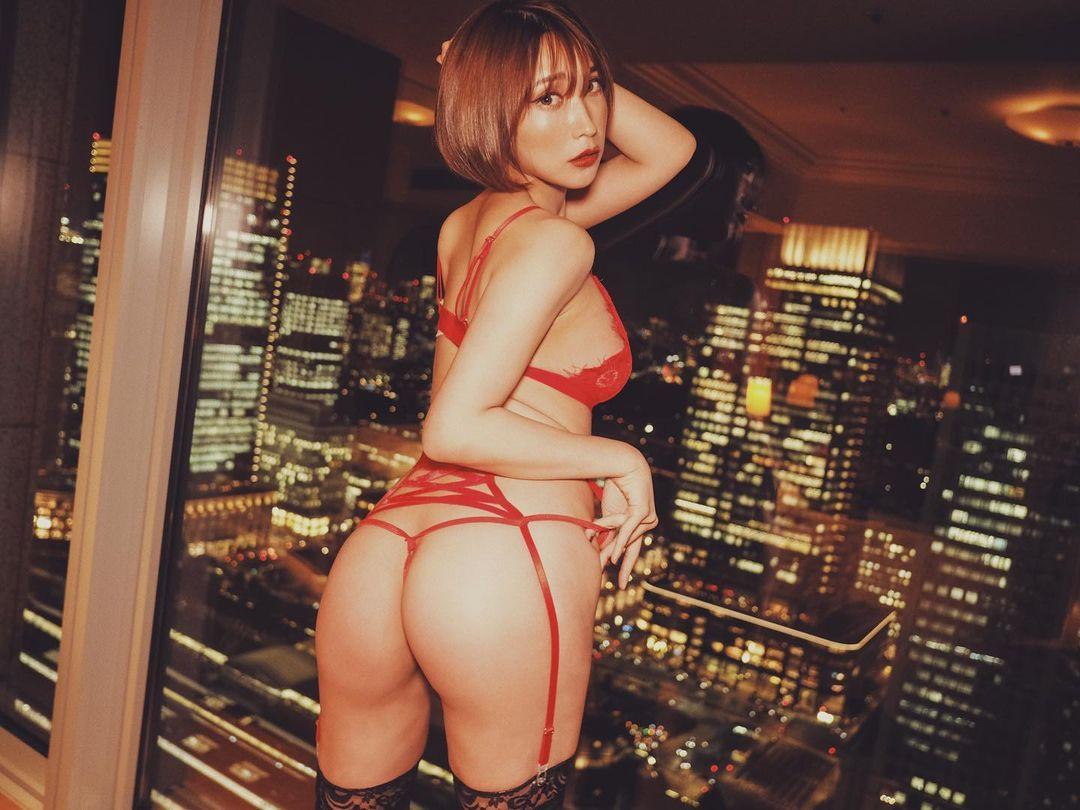 夜景をバックにセクシーな美尻ショットを公開【桐生美希さん/2021年1月6日】