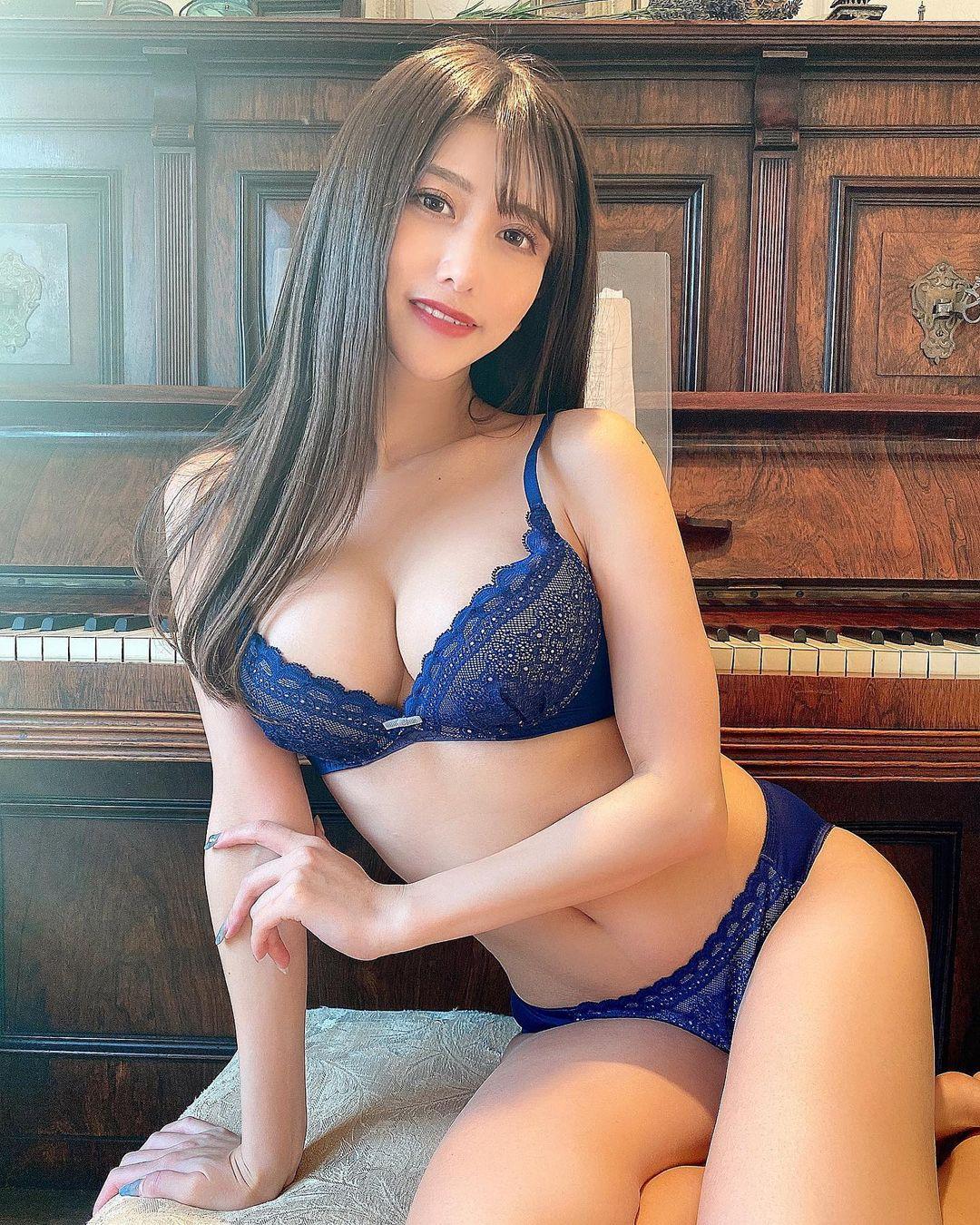 セクシーランジェリーショットを公開【名取くるみさん/2021年2月1日】