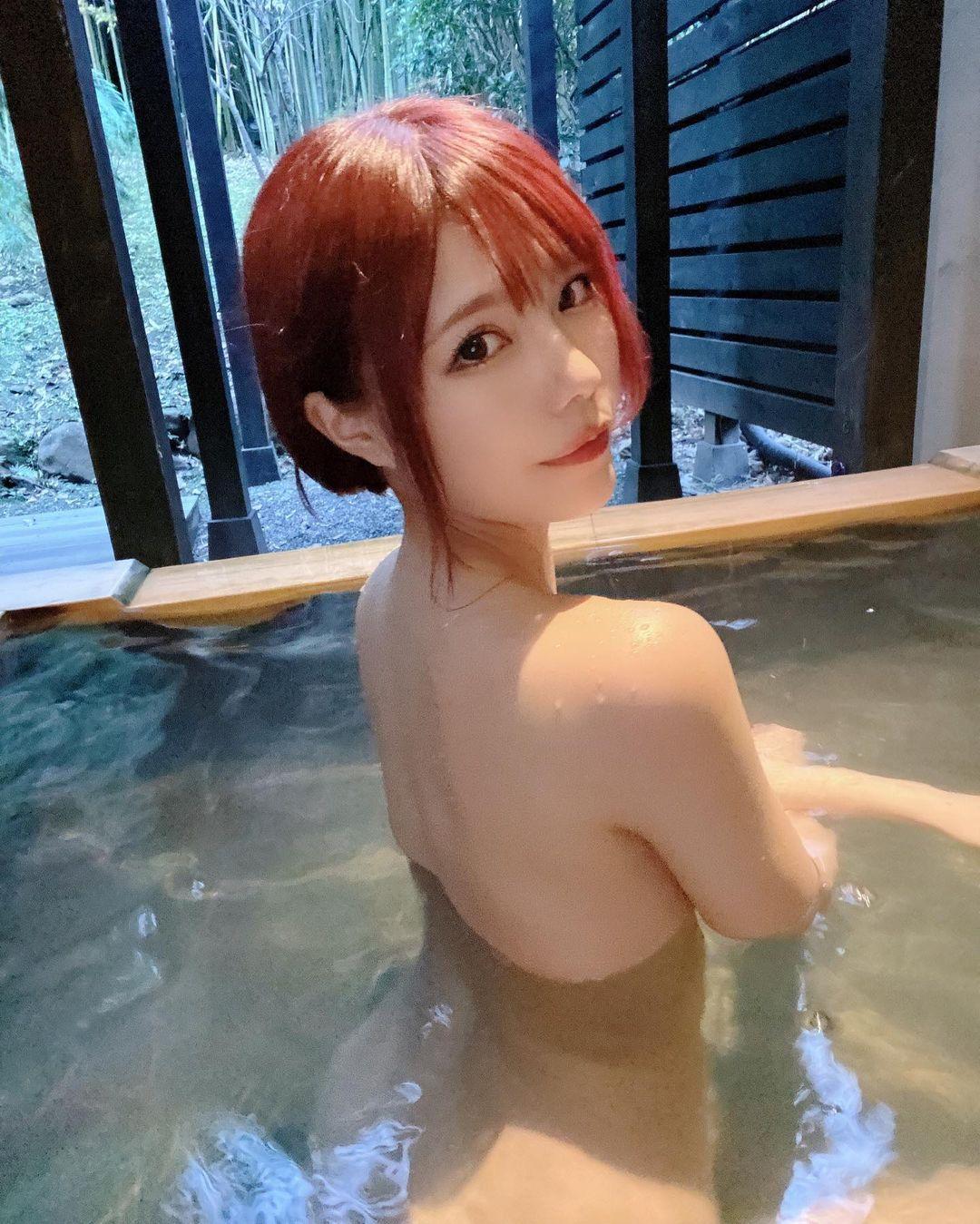 「早く温泉に行きたいなぁ」セクシーな美背中ショットを公開【オシリスさん/2021年2月2日】