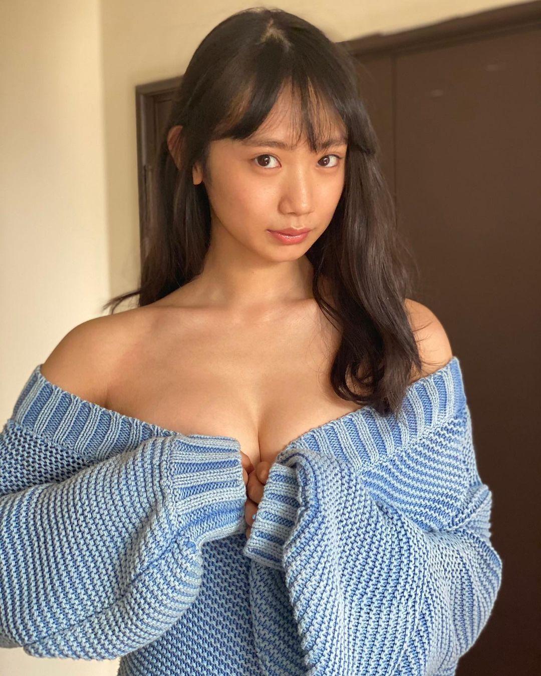 胸元あらわなセーター姿を公開【相沢菜々子さん/2021年2月7日】