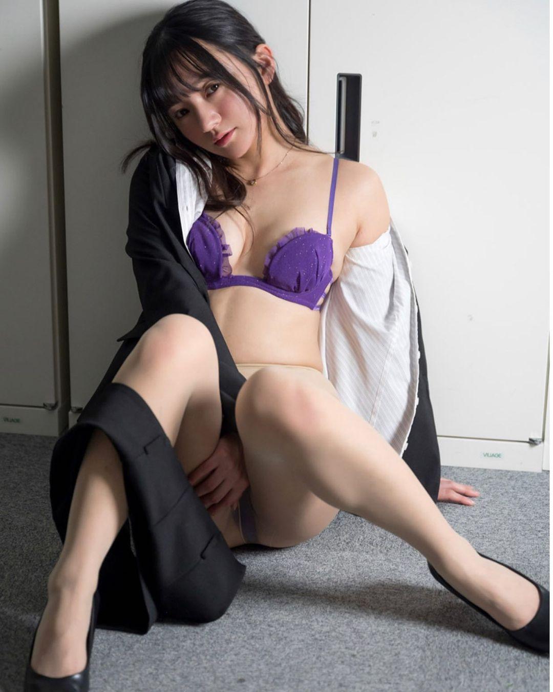 「珍しい、OL」セクシーグラビアショットを公開【西永彩奈さん/2021年2月11日】