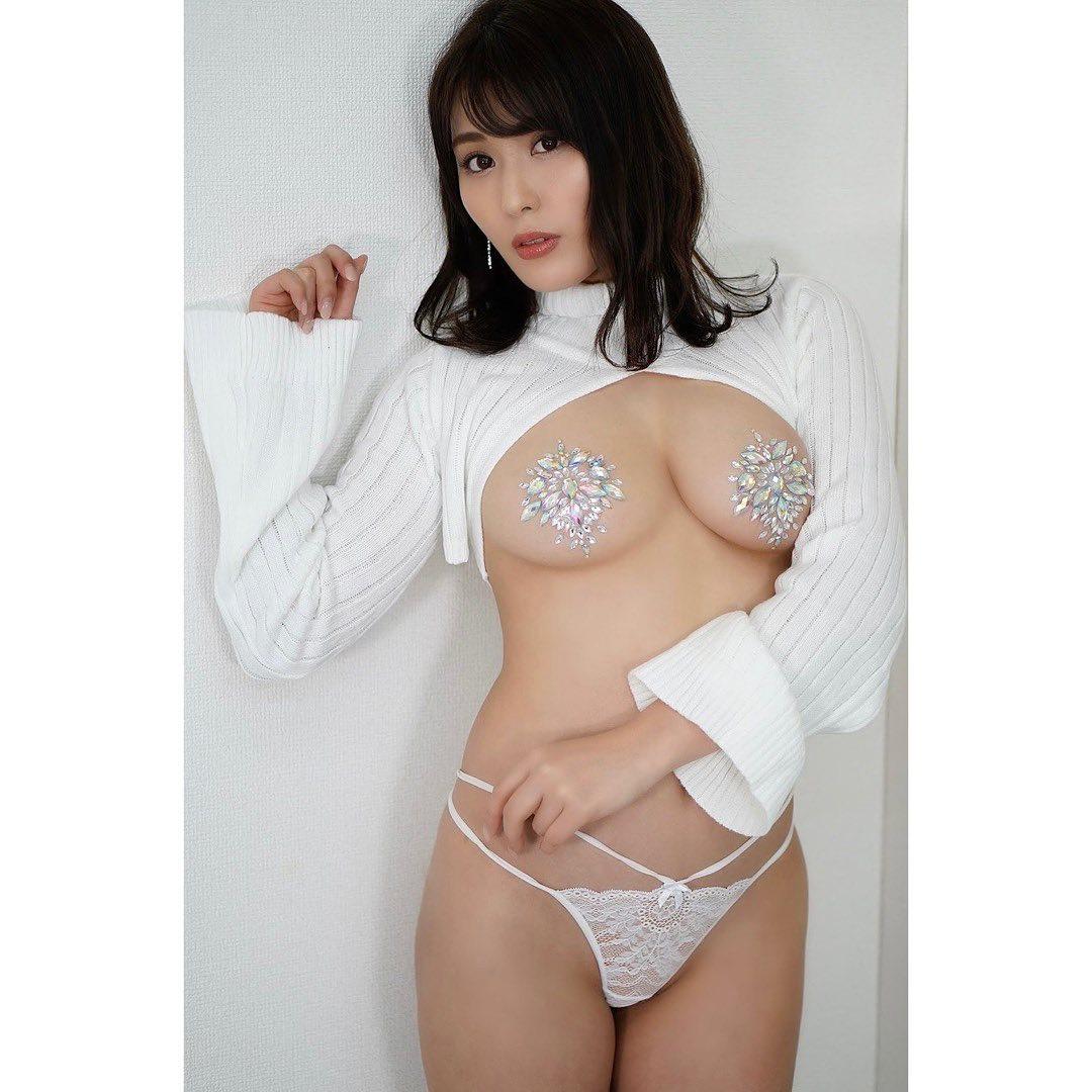 「純白のえちえちのキラキラ」セクシーショットでファンを魅了【金子智美さん/2021年2月23日】