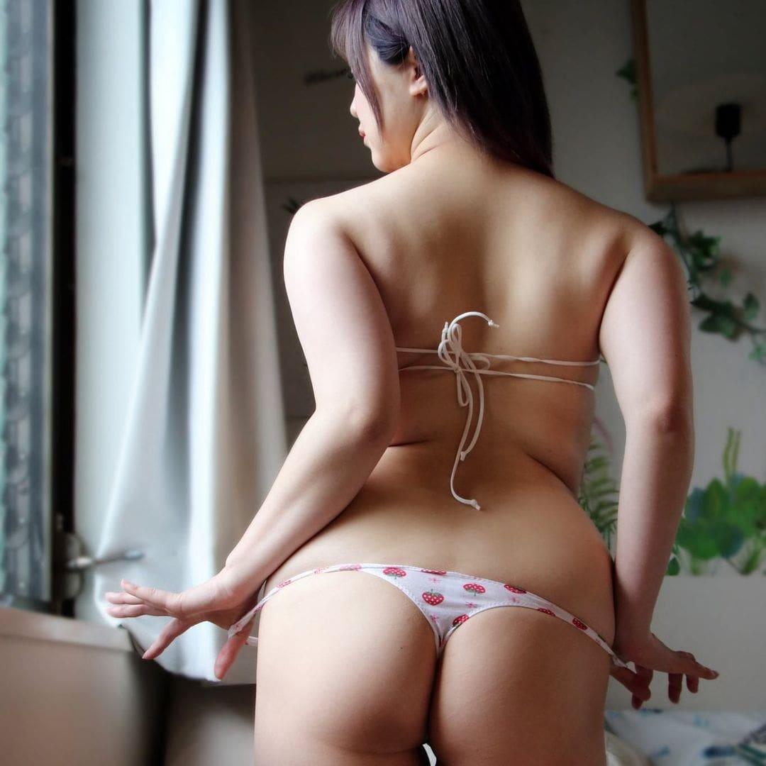 セクシー美尻ショットでいちごパンツを披露【上田ミルキィさん/2021年3月1日】