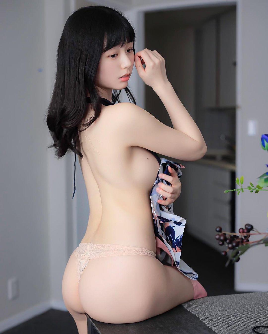 「裸エプロンの理想系」美背中&美尻を披露【栗田恵美(くりえみ)さん/2021年3月11日】