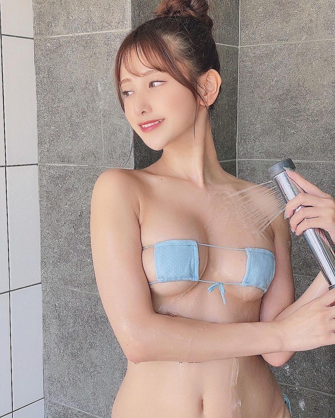 眼帯水着姿でのセクシーシャワーショットを公開【名取くるみさん/2021年4月5日】
