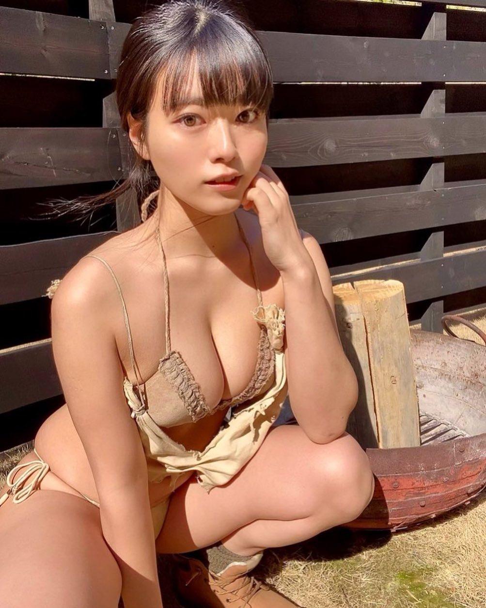 「ヤンマガ さんオフショットです♡」セクシービキニショットでファンを魅了【東雲うみさん/2021年4月9日】