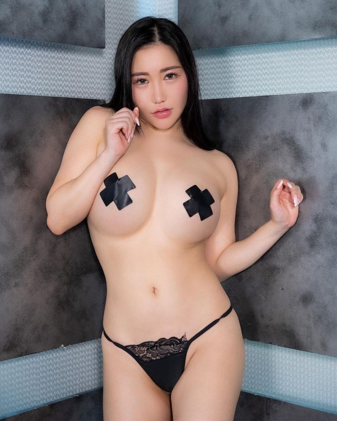"""セクシー""""ニップレス""""ショットでファンを魅了【小町ねねさん/2021年4月15日】"""