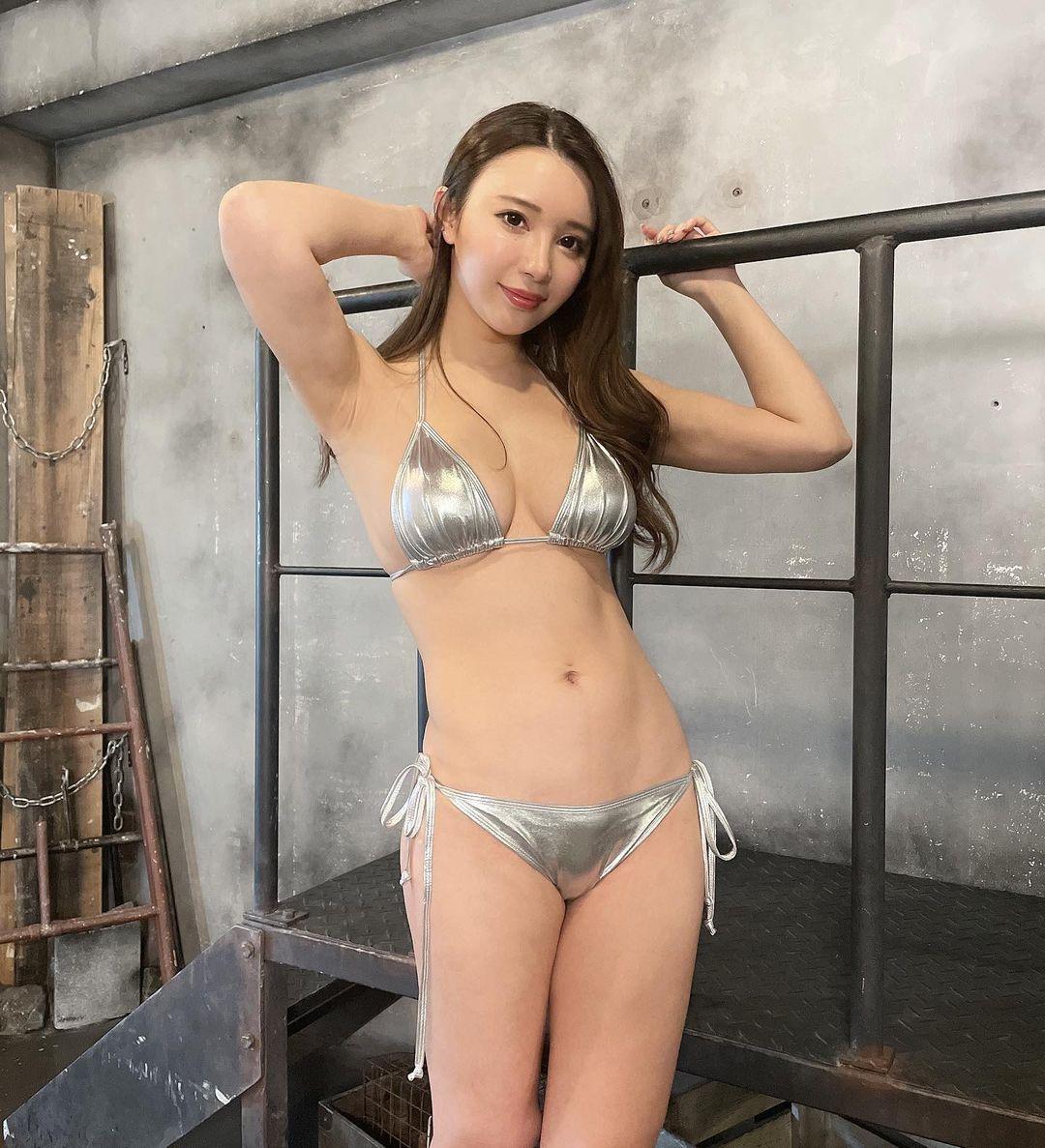 「メタリック水着すき」セクシービキニショットでファンを魅了【海里さん/2021年4月18日】
