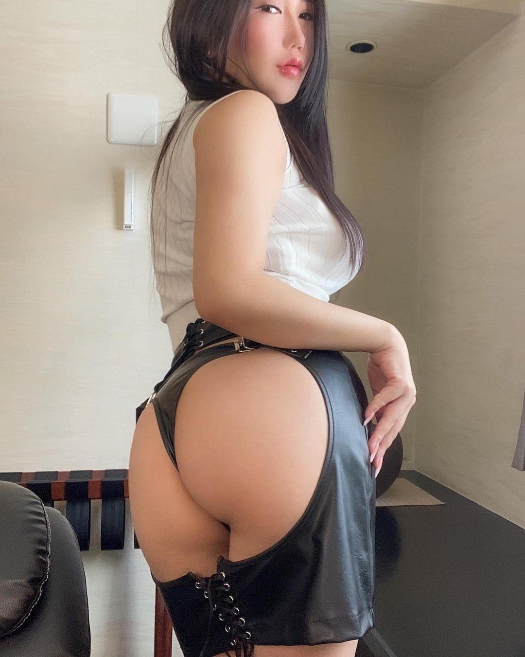 「秘書の衣装」お尻丸見えのセクシー衣装姿で美尻を披露【小町ねねさん/2021年4月19日】
