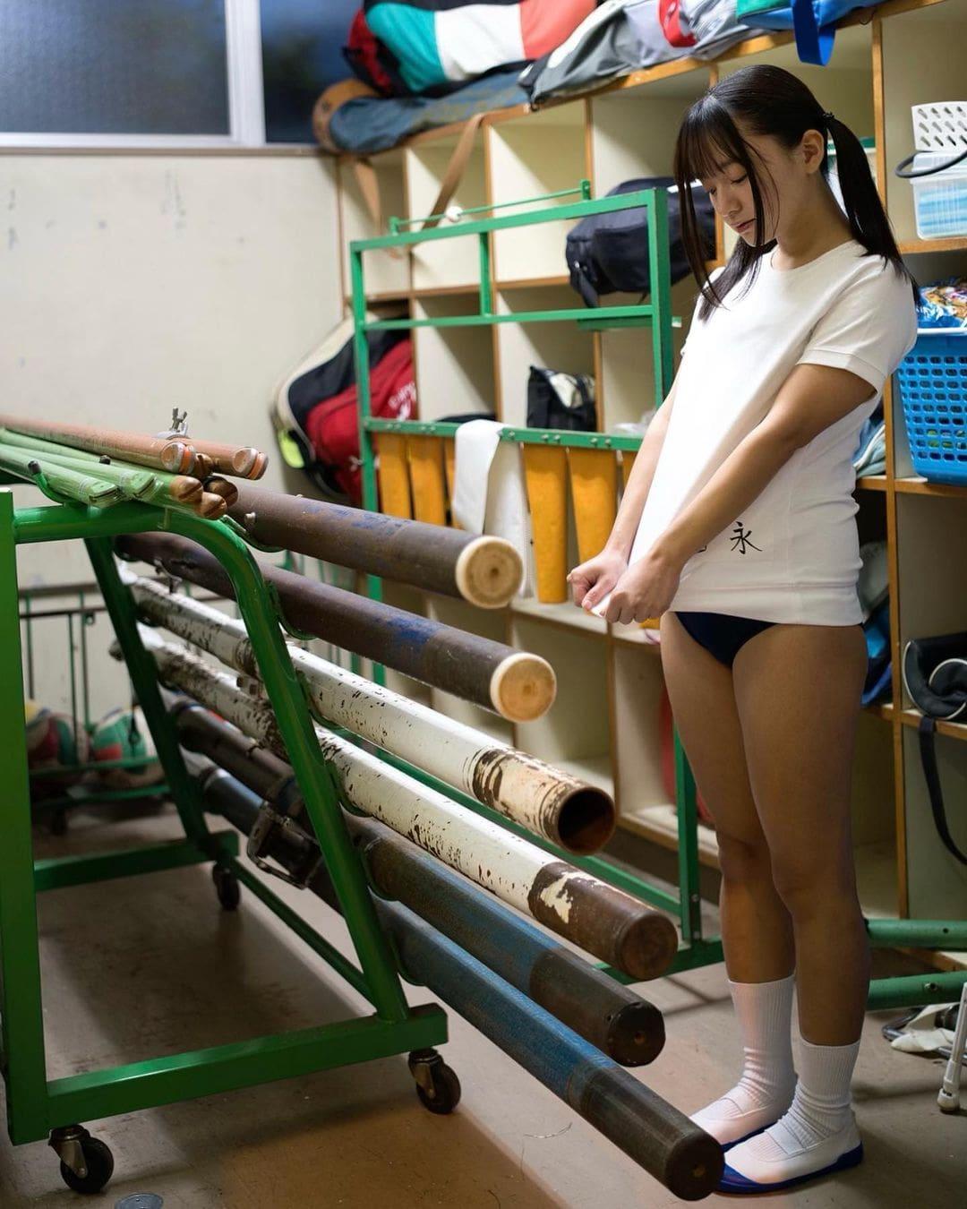 「倉庫で何やってるでしょう?」セクシーブルマ姿でファンを魅了【西永彩奈さん/2021年4月24日】