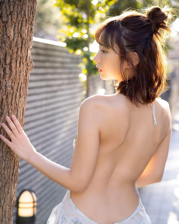 「ハーフアップお団子、どうかな??」美背中全開のセクシーグラビアショットを公開【日向葵衣さん/2021年4月26日】