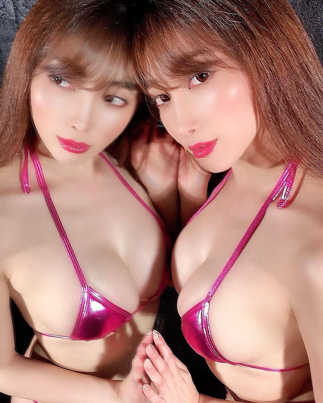 「2人のセクシー美人」「色っぽい」鏡越しビキニショットでファンを魅了【森咲智美さん/2021年5月19日】