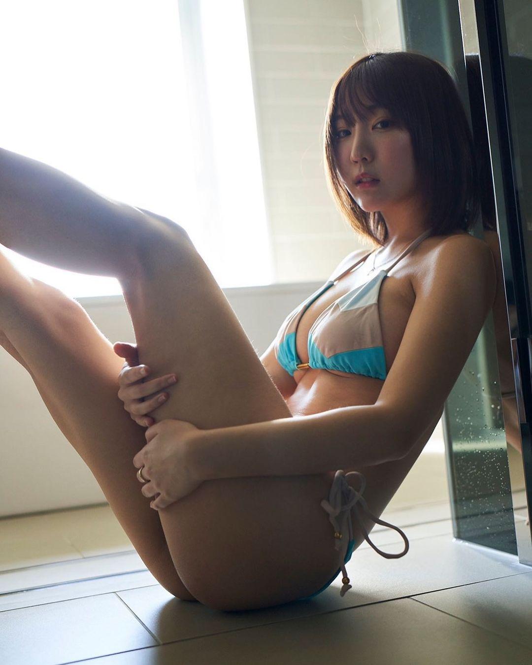 「下乳出ちゃってる…」セクシービキニショットでファンを魅了【日向葵衣さん/2021年5月19日】