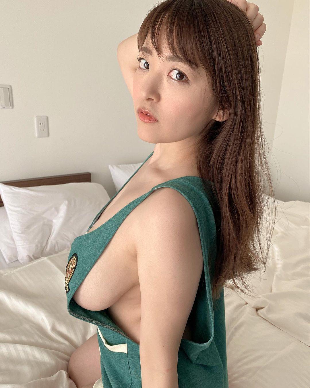 「セクシーかつ綺麗」「癒される」セクシー横乳ショットにファン歓喜【柳瀬さきさん/2021年6月2日】