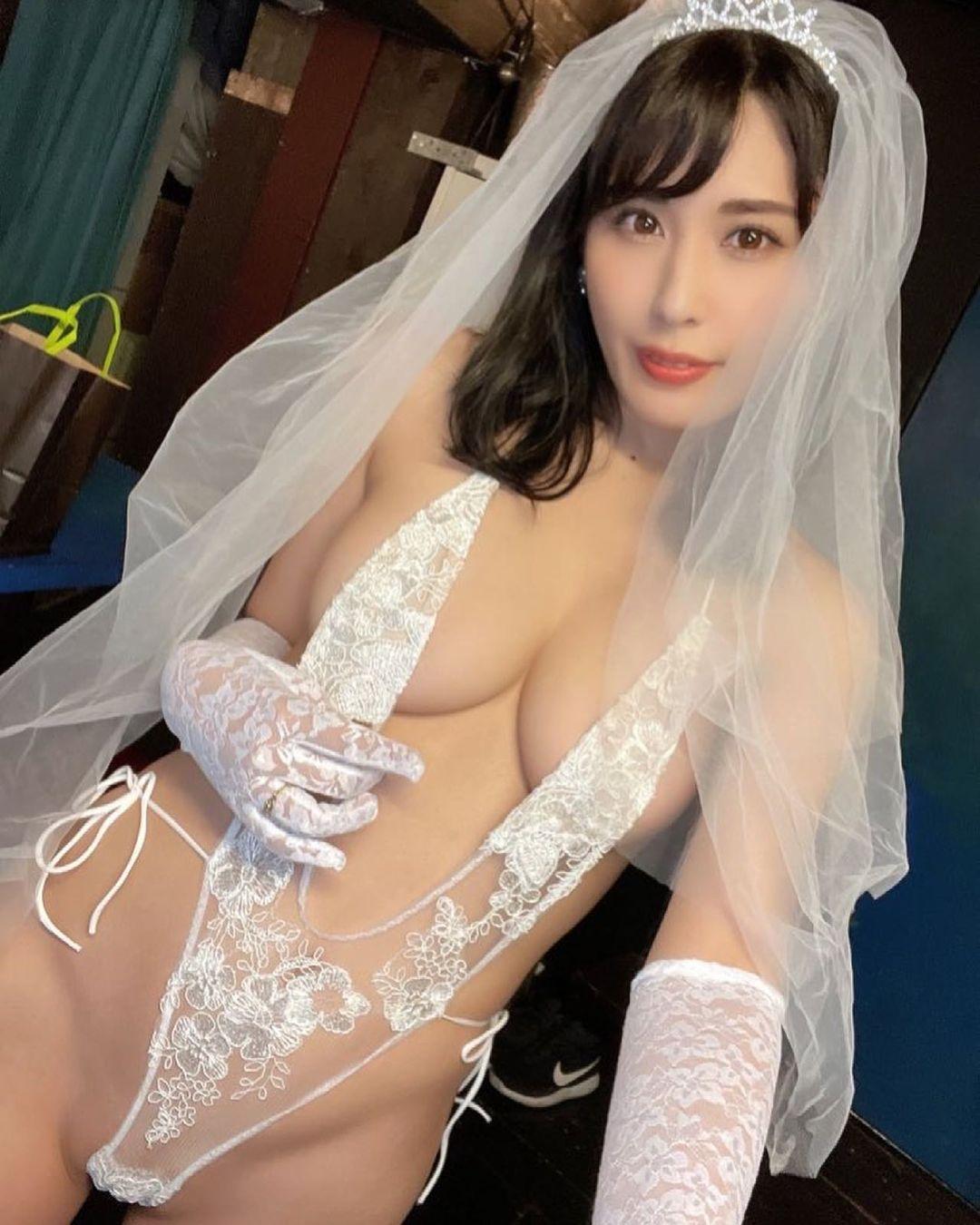 「誰かもらってくれませんか?」セクシー花嫁衣装姿を披露【金子智美さん/2021年6月21日】