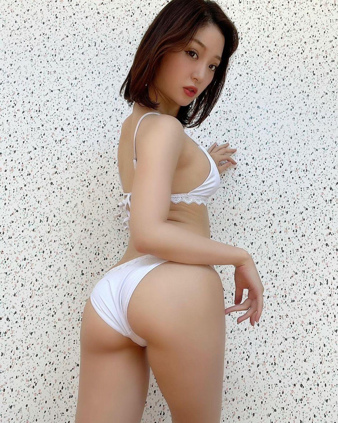 「白最強」「可愛いお尻」振り向きビキニショットで美尻を披露【kozueさん/2021年7月18日】