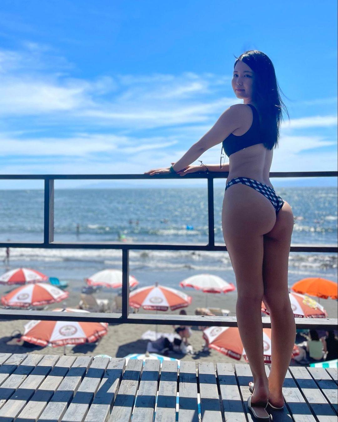 「海と桃」「夏の暑さも吹っ飛びます」ビーチでの振り向き美尻ショットを公開【九条ねぎさん/2021年8月6日】