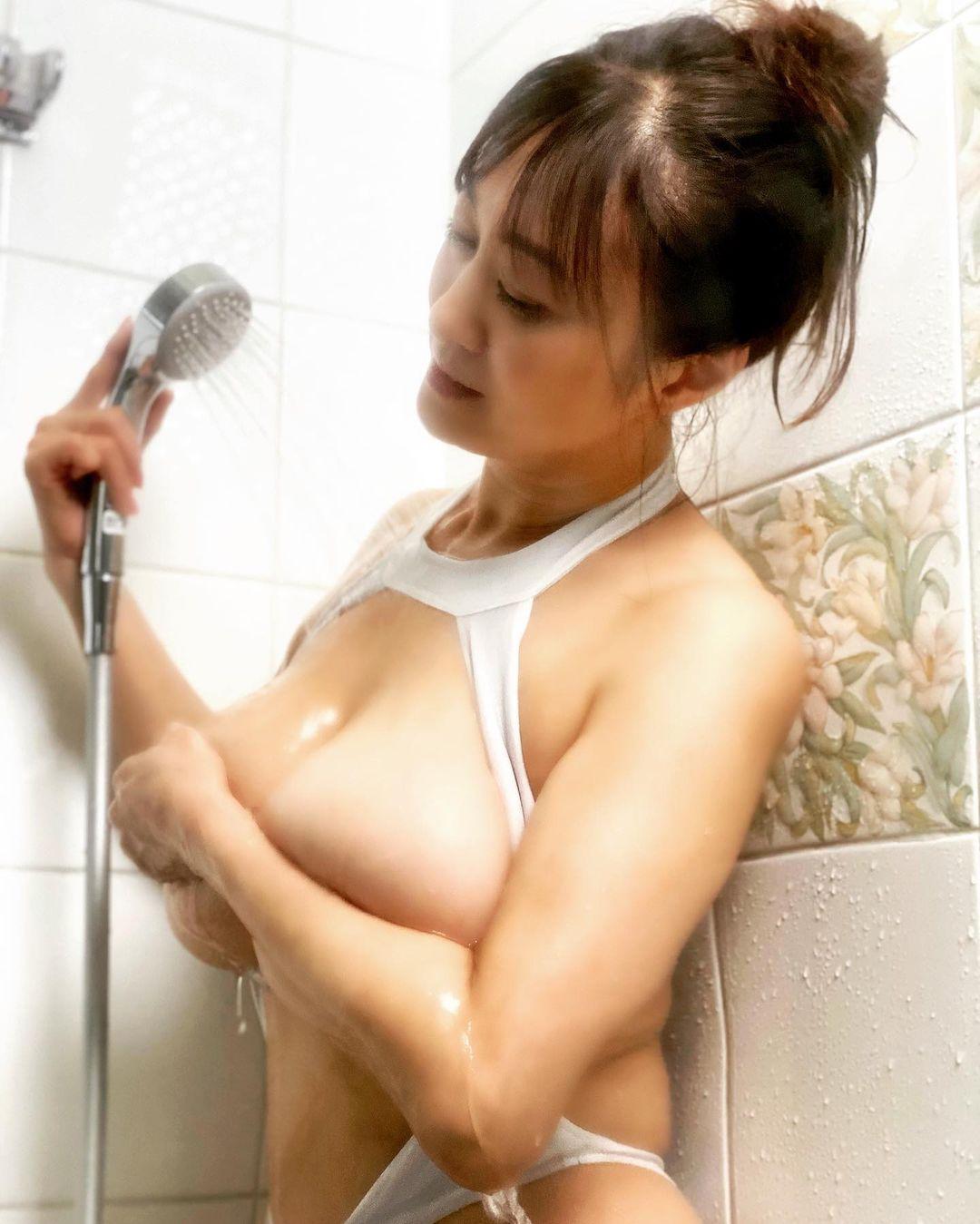 「私が癒やしてあげるから、、ずーっと側にいようね」魅惑のシャワーショットを公開【沢地優佳さん/2021年9月7日】