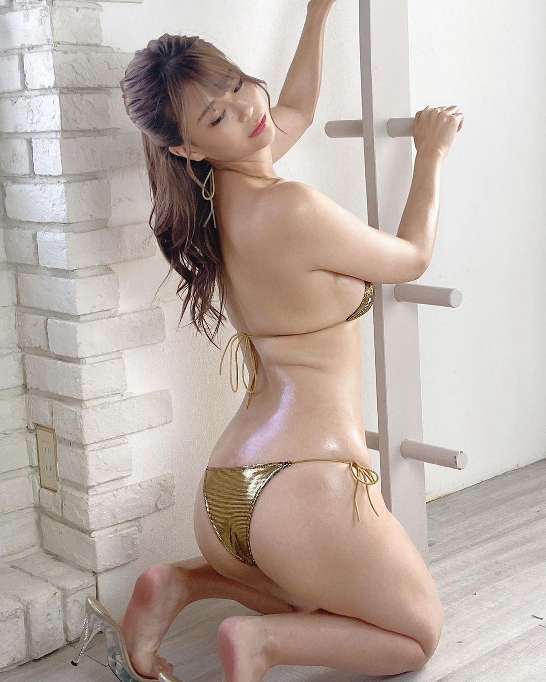 「ムッチリボディーで良い身体」「サイコー」ゴールドビキニショットで美背中を披露【阿久津真央さん/2021年9月8日】