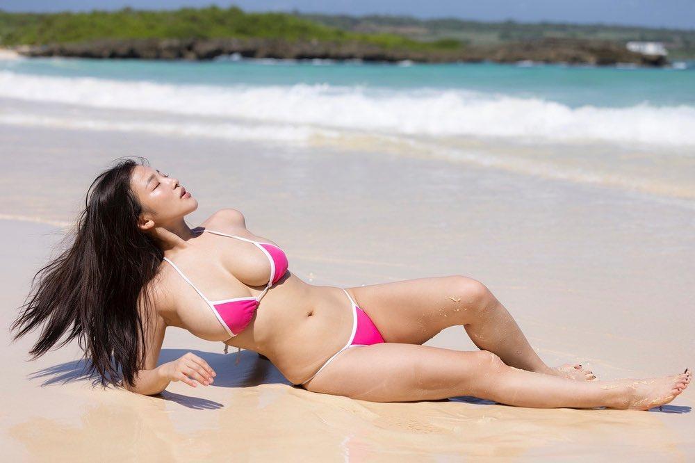 「The グラビアアイドルな写真」浜辺でのセクシービキニショットで美ボディを披露【天木じゅんさん/2021年9月8日】