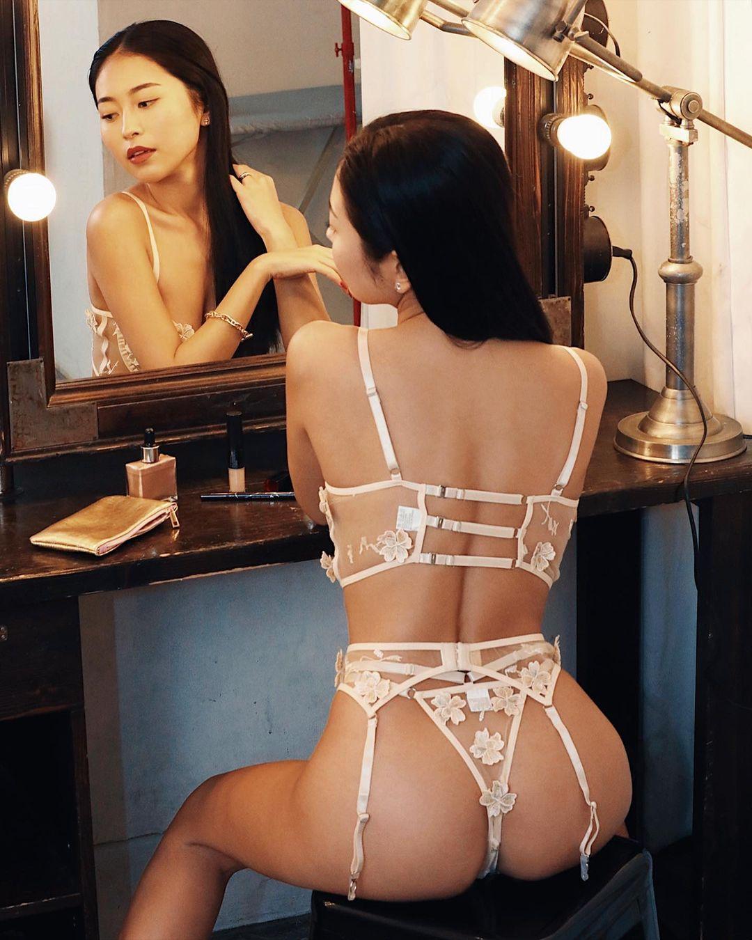 「格好良い」「ちょー色ぽい」鏡前のセクシーランジェリーショットで美背中&美尻を披露【十枝梨菜さん/2021年9月9日】