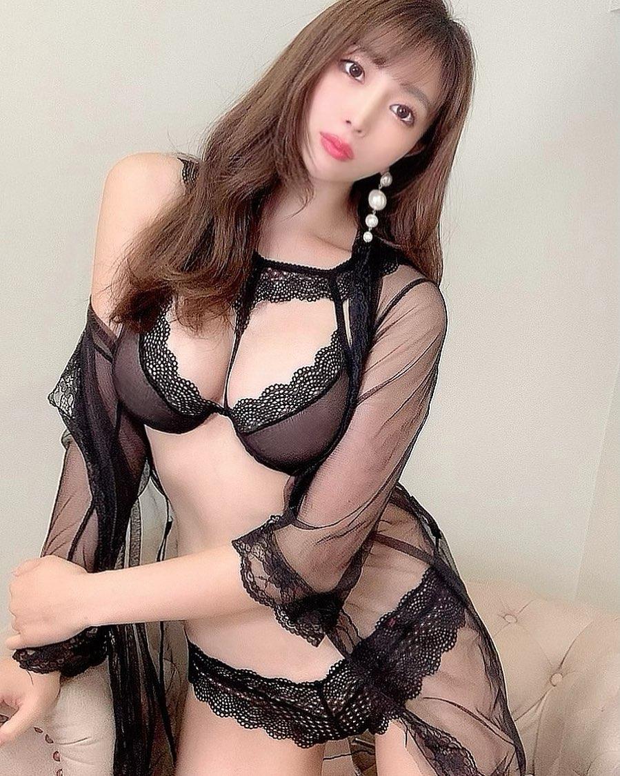 「可愛すぎ」「超絶セクシー」妖艶ランジェリーショットにファン歓喜【森咲智美さん/2021年9月14日】