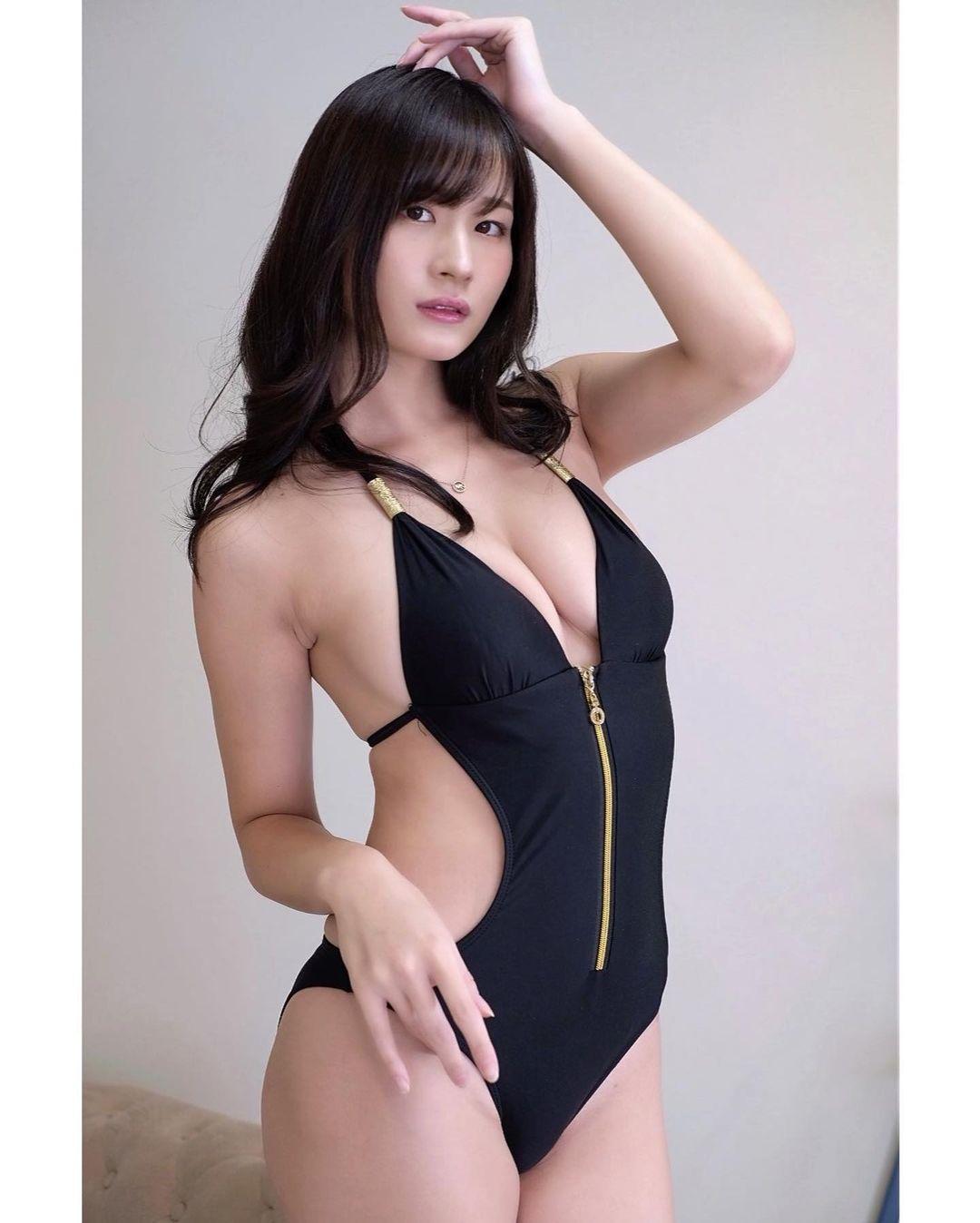 「この写真なんか自分らしくてめっちゃ好き」ハイレグ水着姿でファンを魅了【清瀬汐希さん/2021年9月27日】