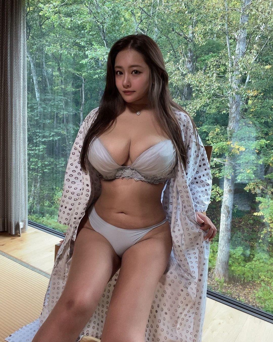 「癒される」「最高」色気たっぷりのはだけた浴衣姿を披露【秋山かほさん/2021年10月10日】