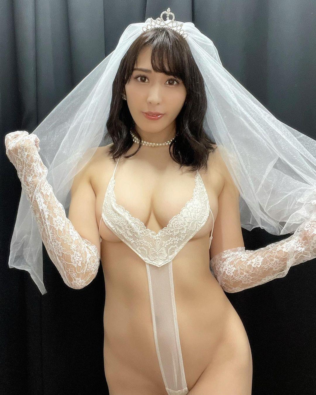 「今回もDVDで着ている衣装をイベントでも着たよー!!」大胆なハイレグ花嫁衣装姿を披露【金子智美さん/2021年10月11日】